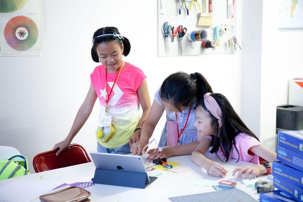 3 students work on Teknikio's starter kits together.